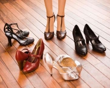 heels-yang-tidak-nyaman-dapat-menyebabkan-kulit-tumit-pecah-pecah